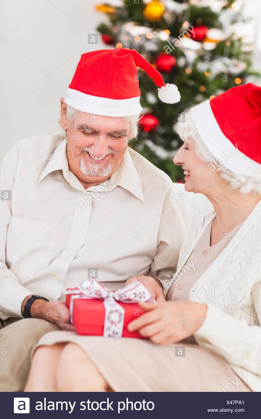 Regali Di Natale Per Coppia.Coppia Di Anziani Scambio Di Regali Di Natale Sul Lettino Foto