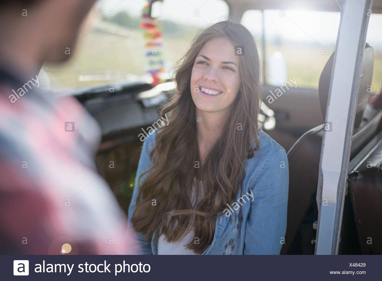 Giovane donna con capelli lunghi marrone, sorridente Immagini Stock
