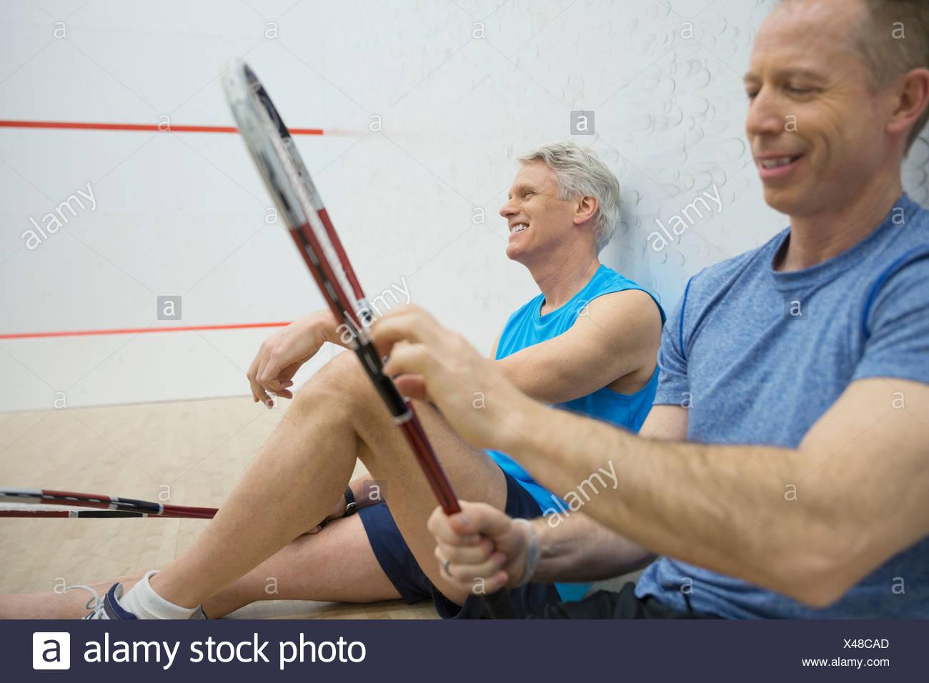 Gli uomini in appoggio sul campo da squash Immagini Stock