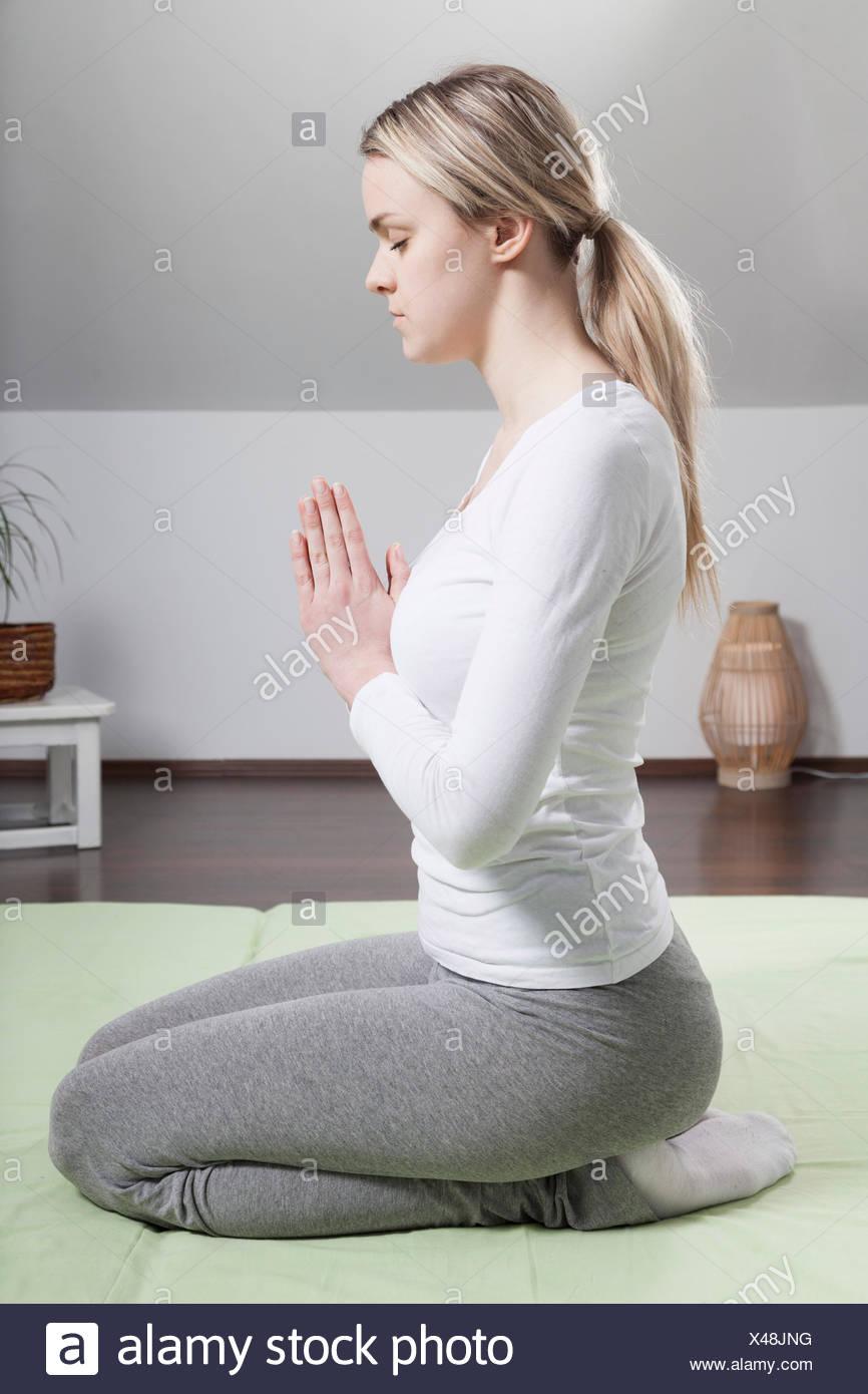 Giovane donna a praticare Yoga Immagini Stock