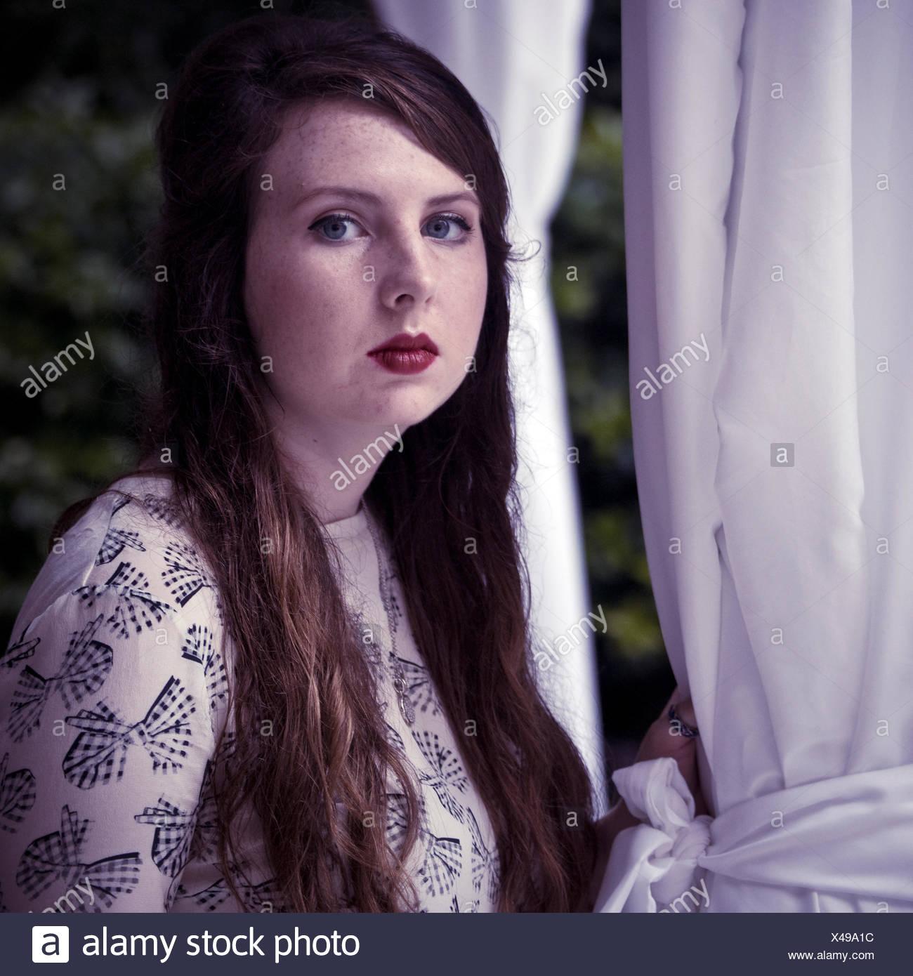 Giovane donna, 19 anni, sguardo impassibile nella fotocamera. Immagini Stock