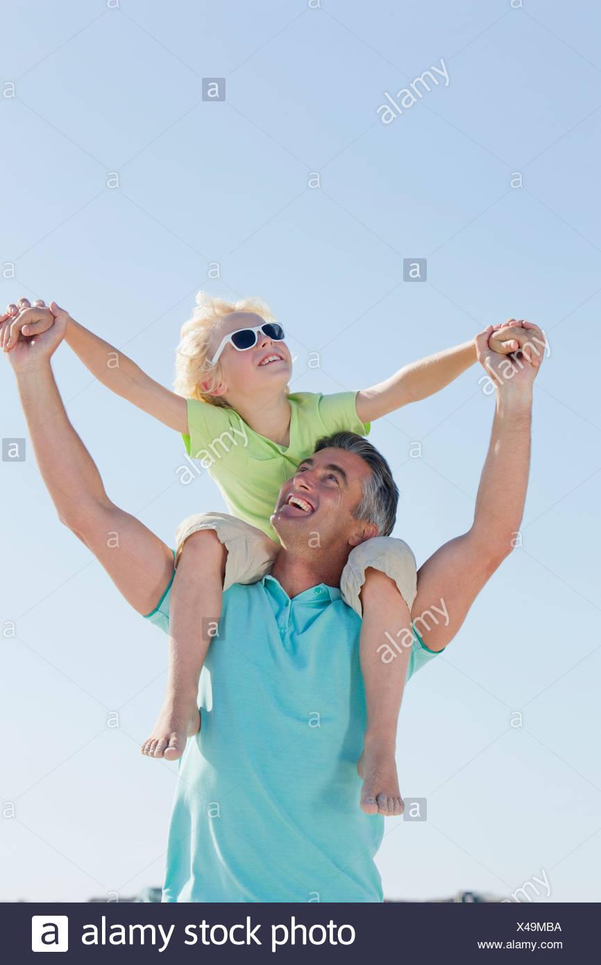 Felice padre figlio che porta sulle spalle Immagini Stock