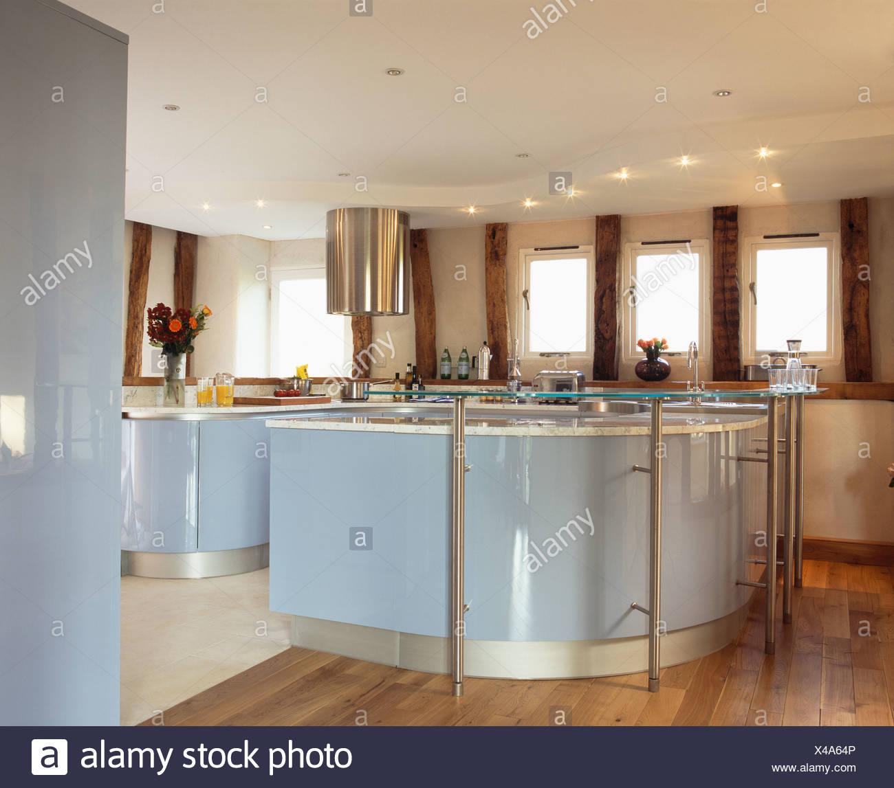 Pallido laccato blu dotato di unità nel paese moderno cucina con ...