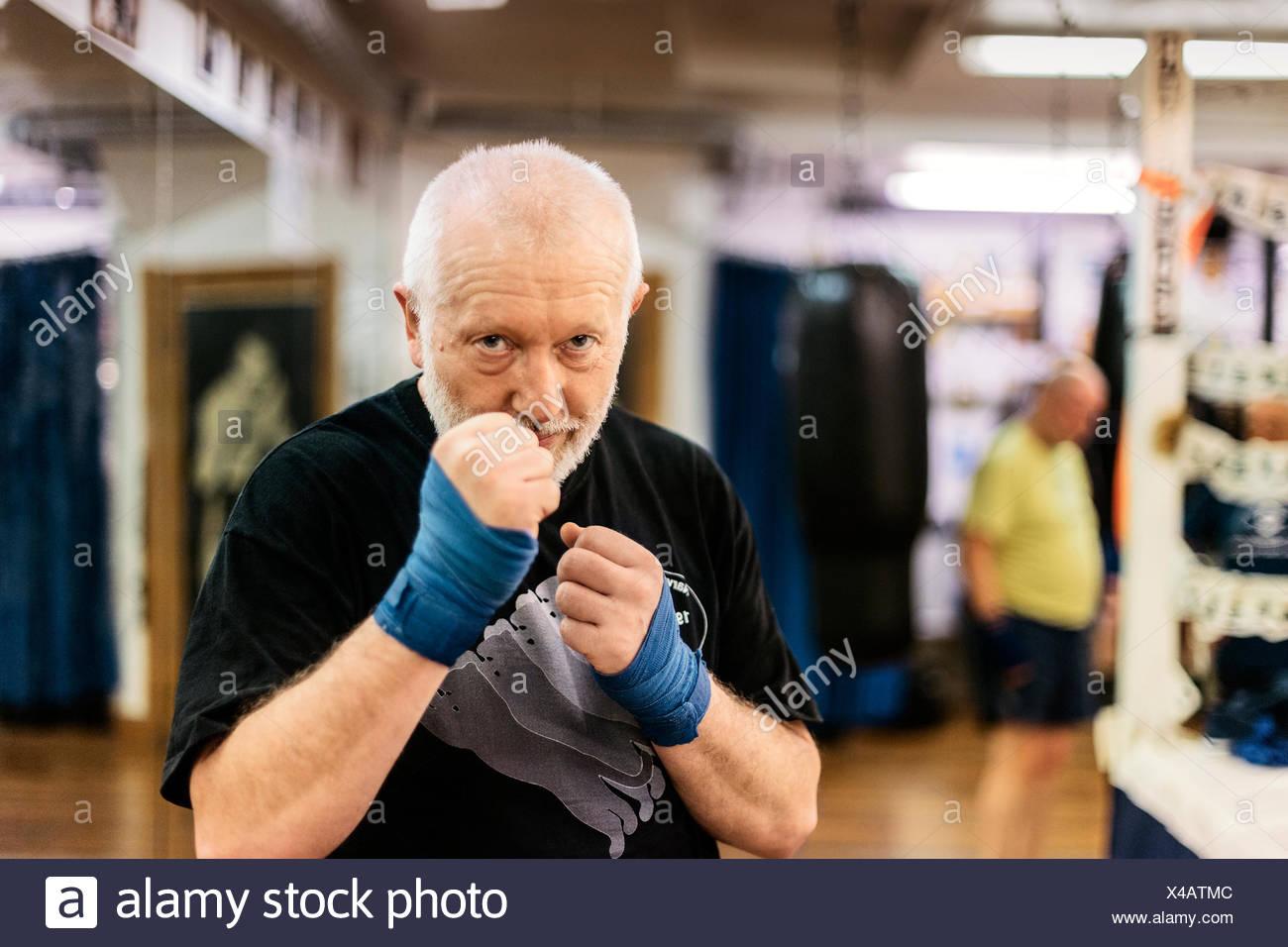 L'uomo anziano con il pugno sollevato a formazione di inscatolamento Immagini Stock