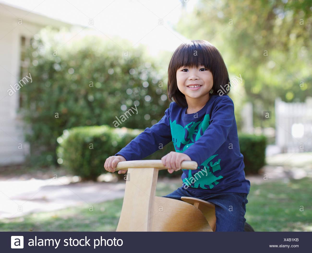 4-5 anni,attivo, etnia asiatica,backyard,BOY,boys,california,abbigliamento casual,l'infanzia,immagine a colori,giorno,elementary Immagini Stock