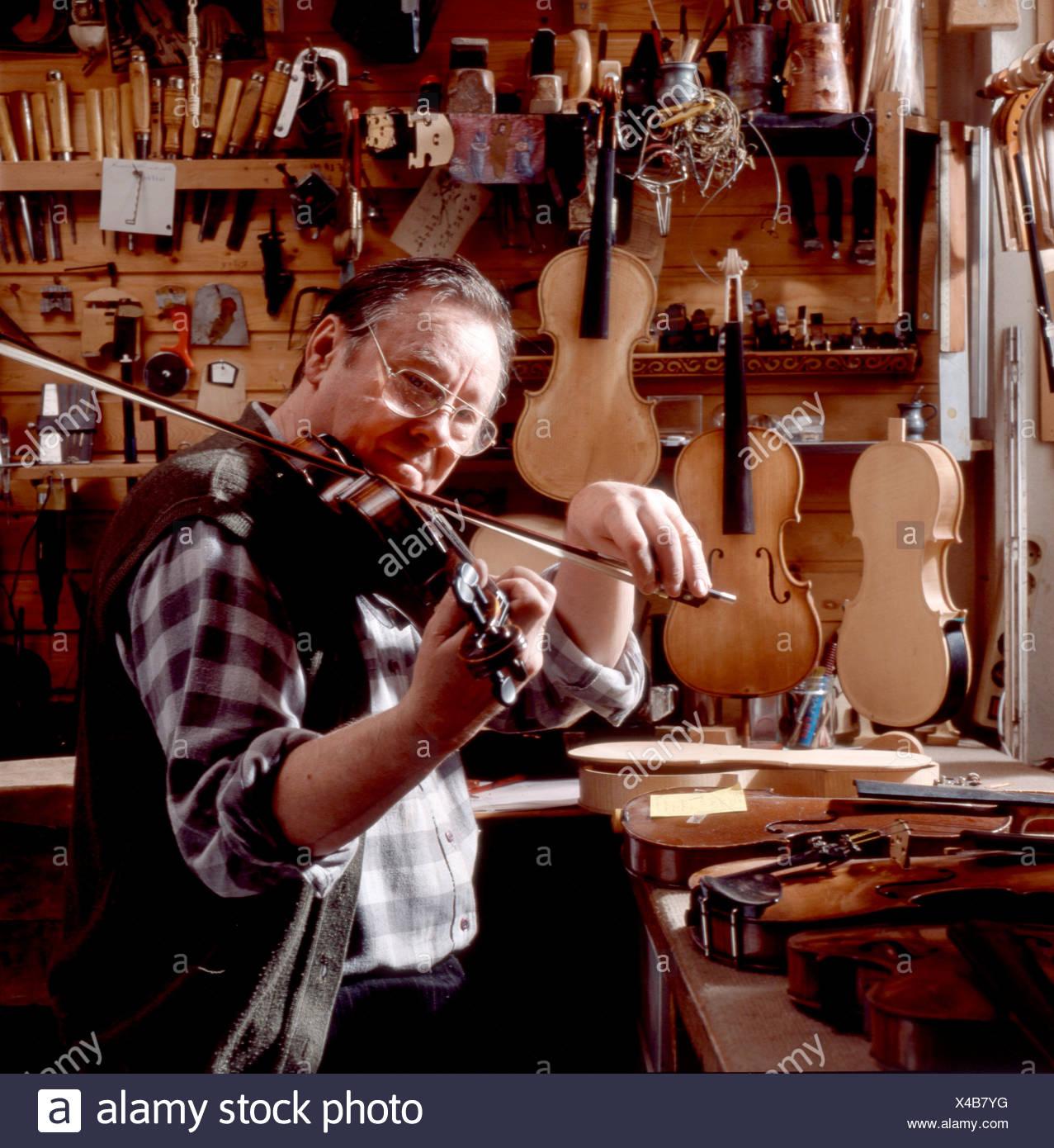 Geigenbauer spielt Geige Immagini Stock