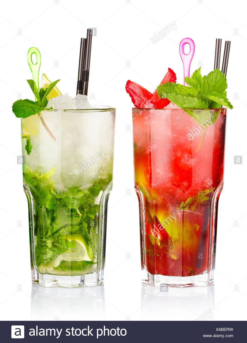 Due cocktail mojito con fragola e frutti di calce isolato Immagini Stock