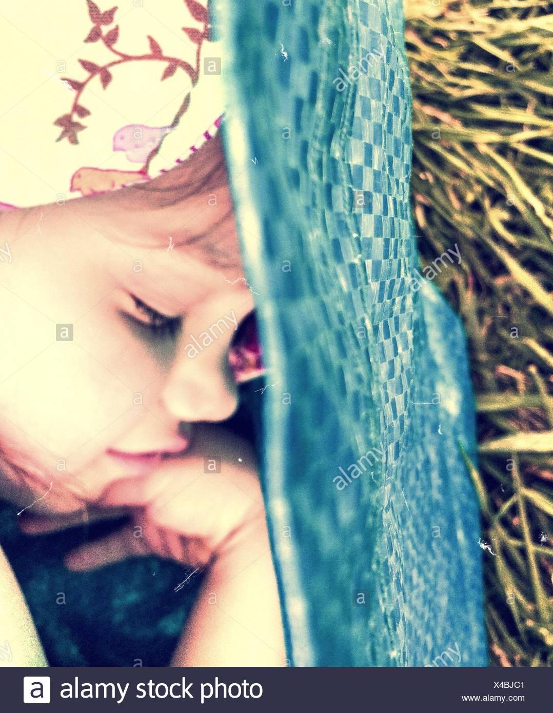 In primo piano della cute giovane ragazza dorme Immagini Stock