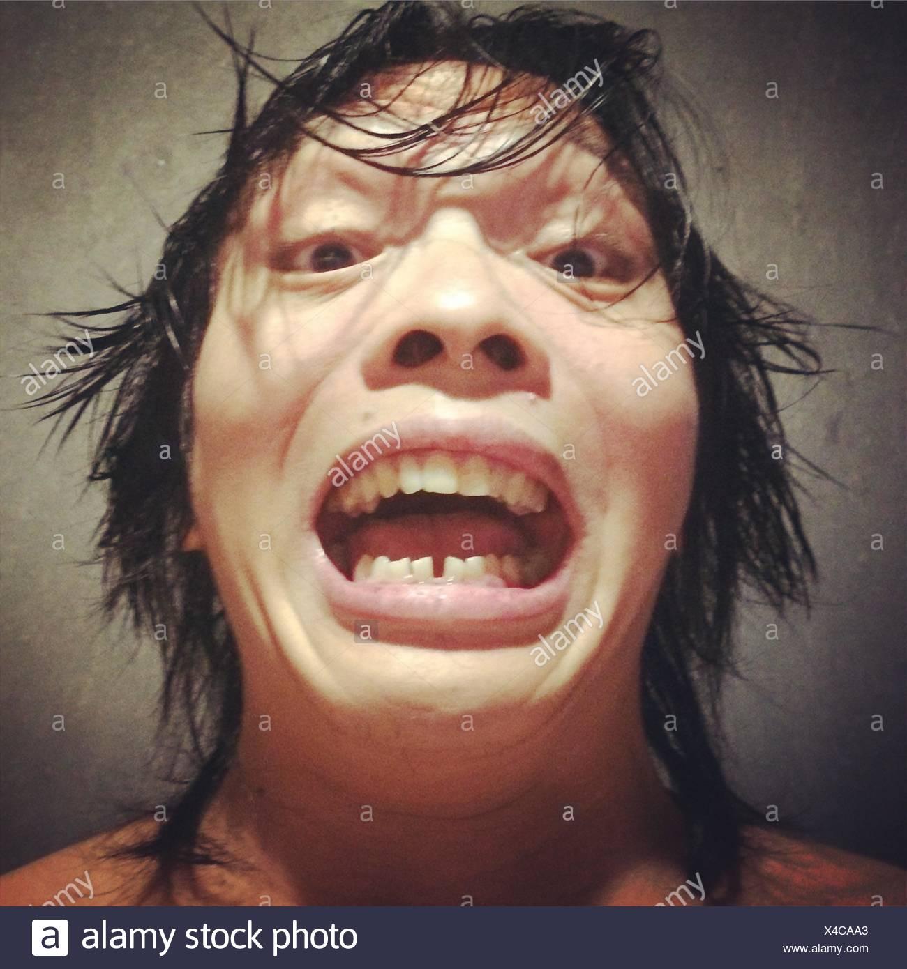 Close-Up Ritratto di uomo che fa la faccia Immagini Stock