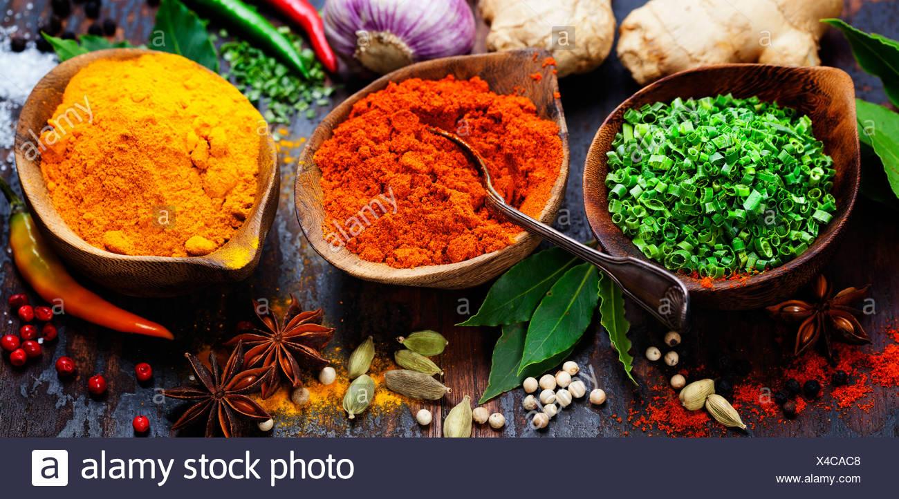 Le spezie e le erbe su legno. Il cibo e la cucina ingredienti. Immagini Stock