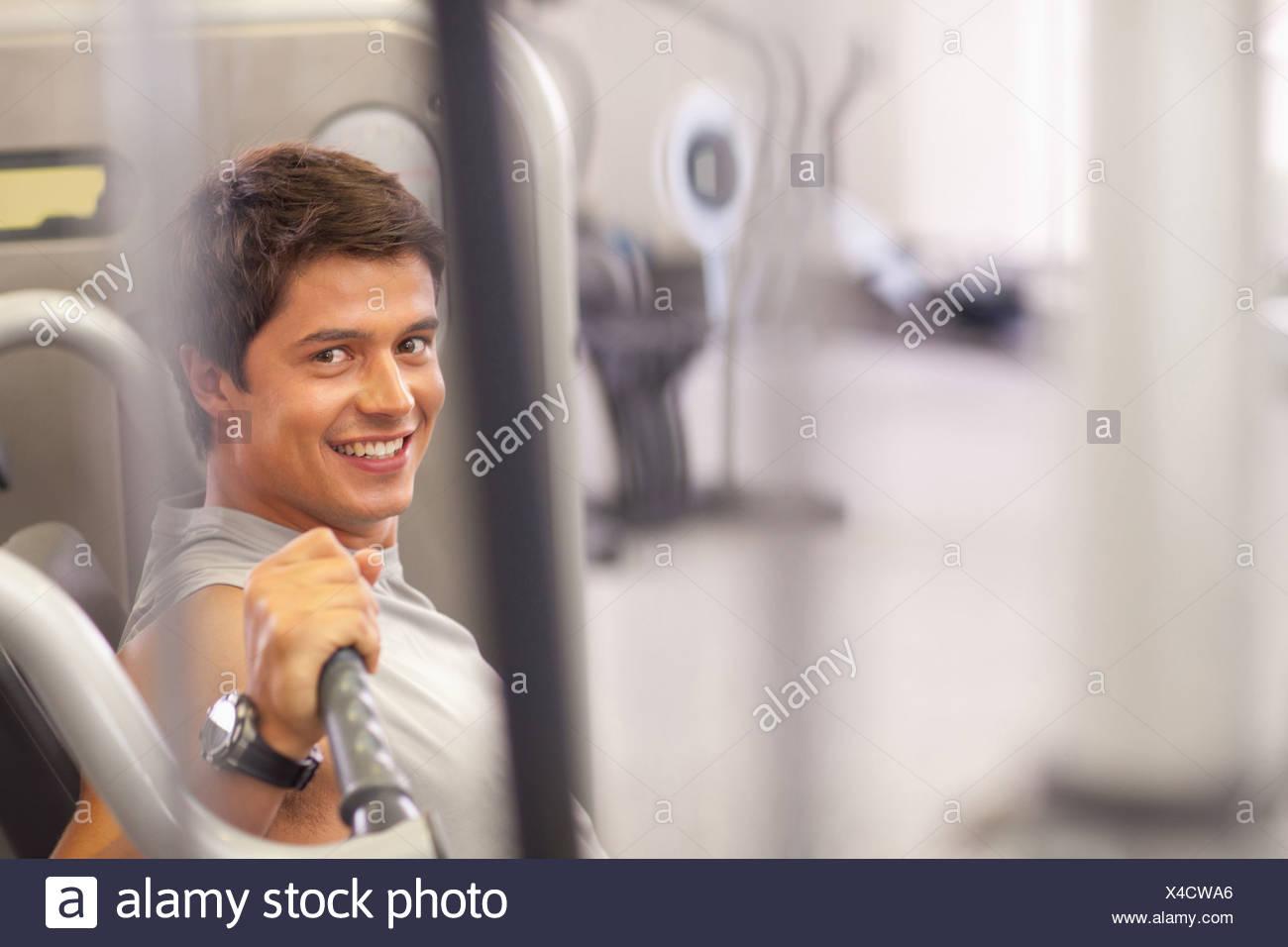 Uomo al lavoro in palestra Immagini Stock