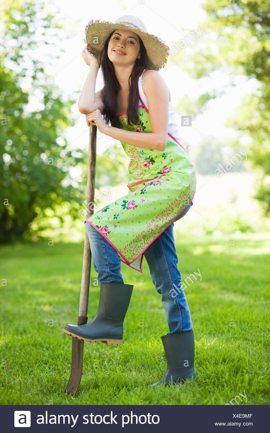 Giovane donna con piede su una vanga Immagini Stock
