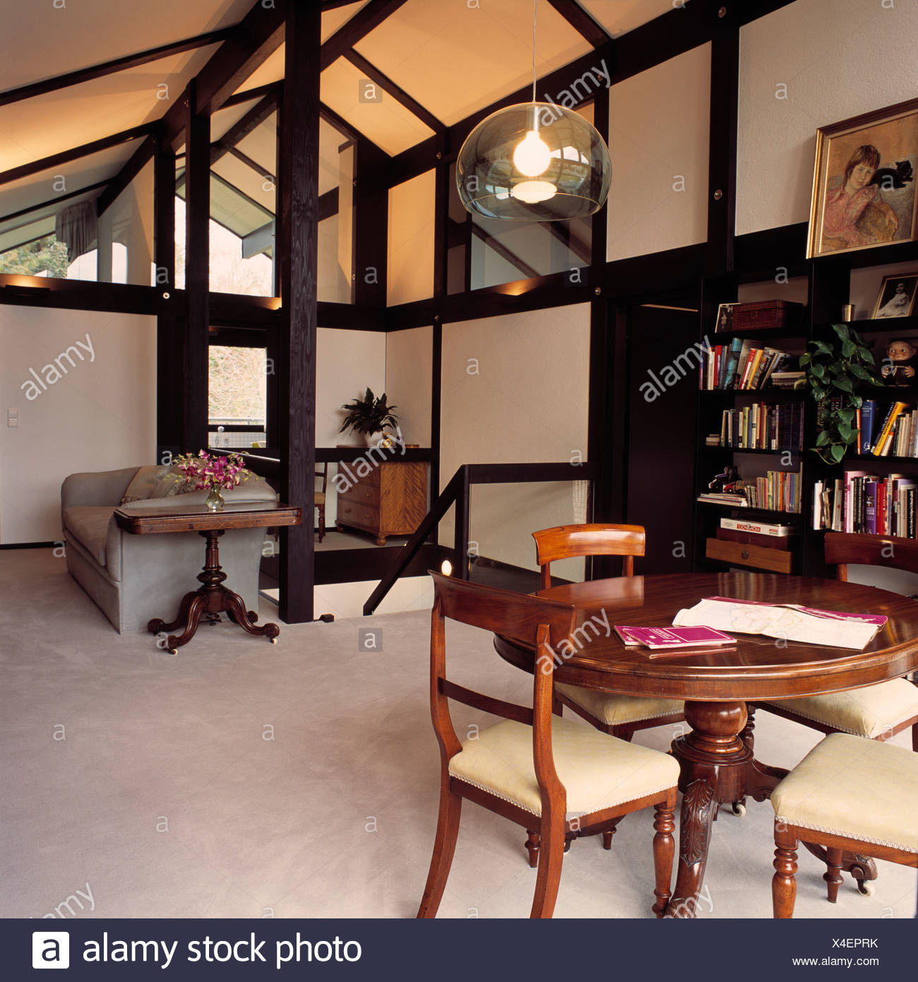 Antico tavolo e sedie nella sala da pranzo al piano attico con ...