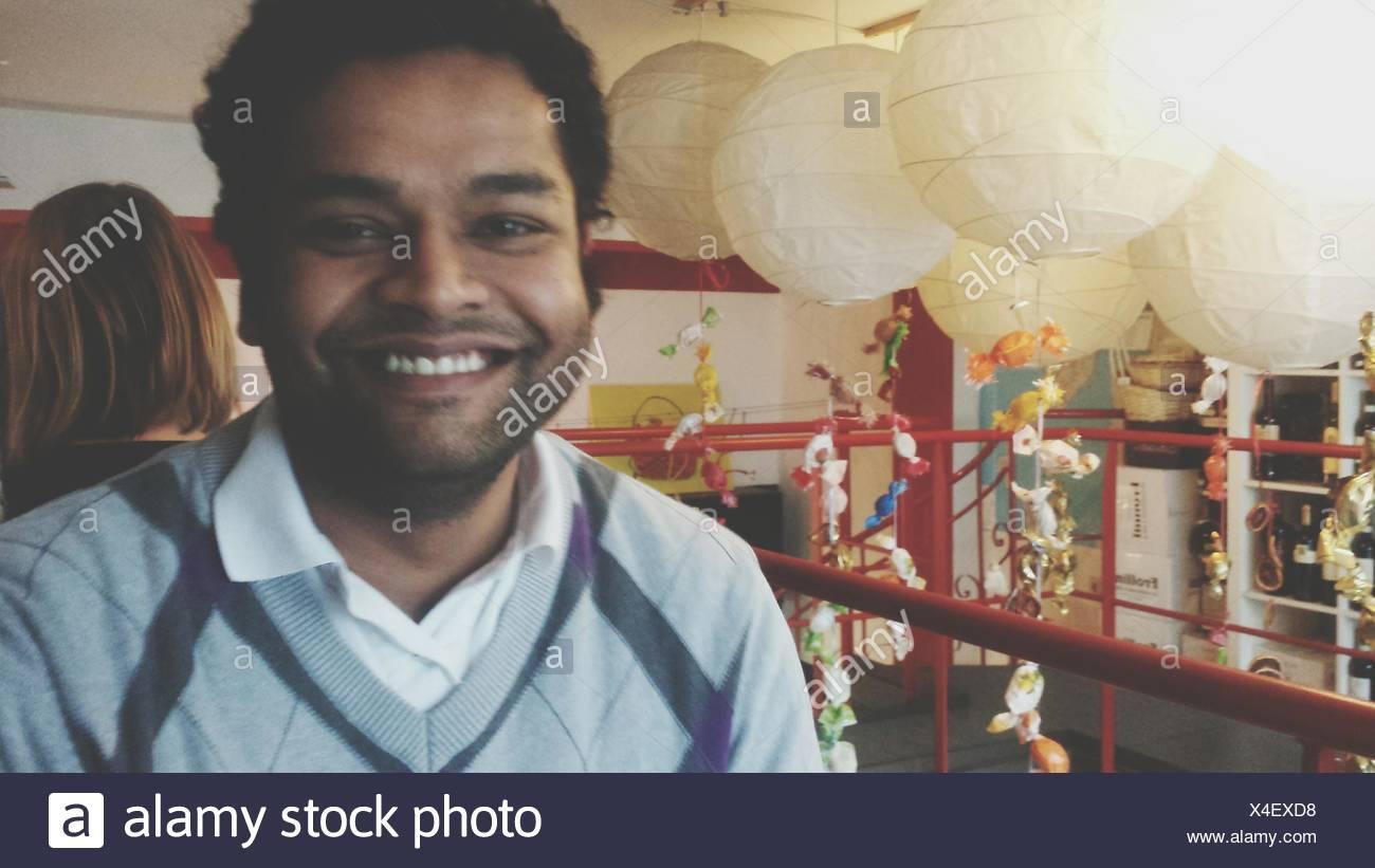 Sorridente metà uomo adulto in piedi da lanterne Immagini Stock