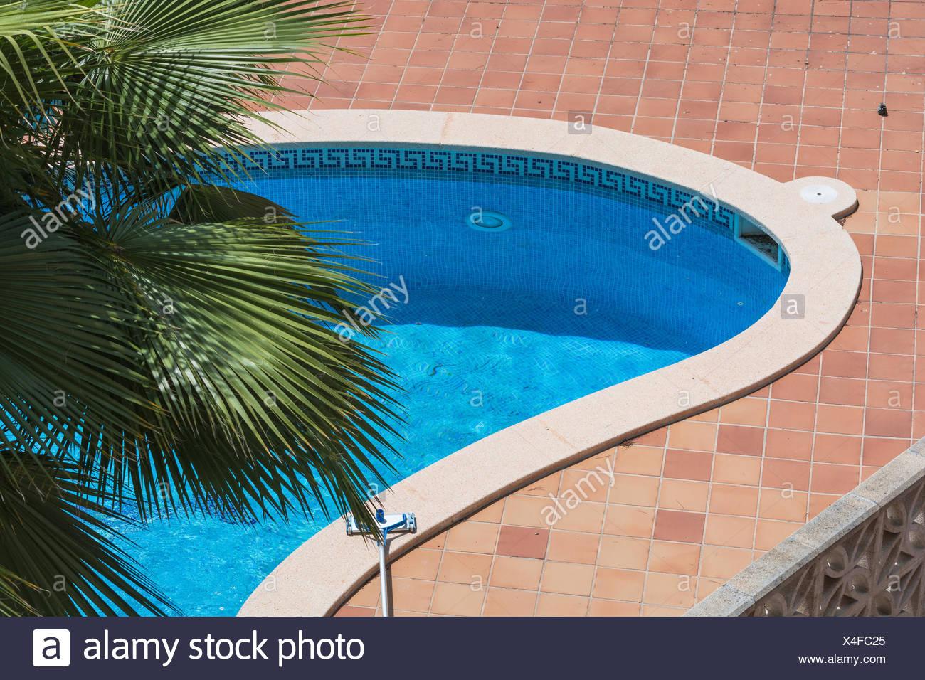 Piscina esterna con piastrelle blu foto & immagine stock: 278163261