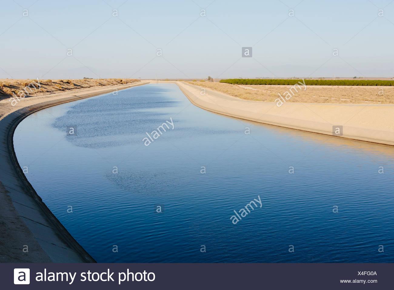 Canale di irrigazione che serve la siccità-ridden agricolo della valle centrale della California. Immagini Stock
