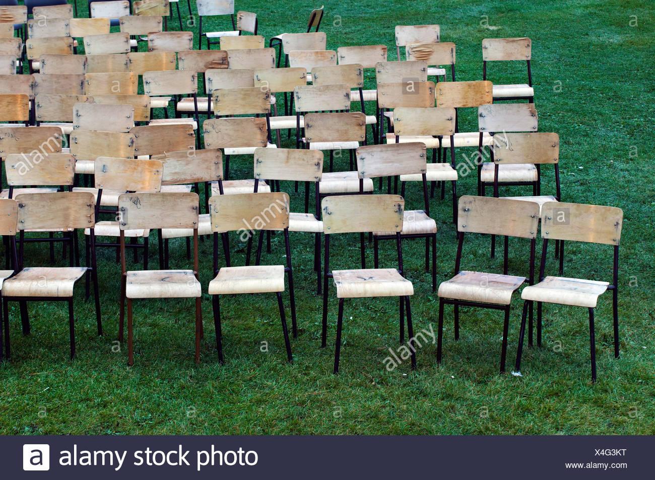 Stock Sedie Di Legno.Sedie Di Legno Disposte Per Concerto All Aperto Foto Immagine