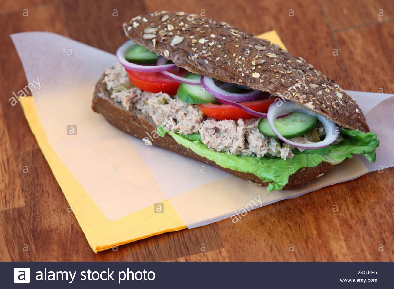 Insalata di tonno sandwich con pomodori e cetrioli Immagini Stock