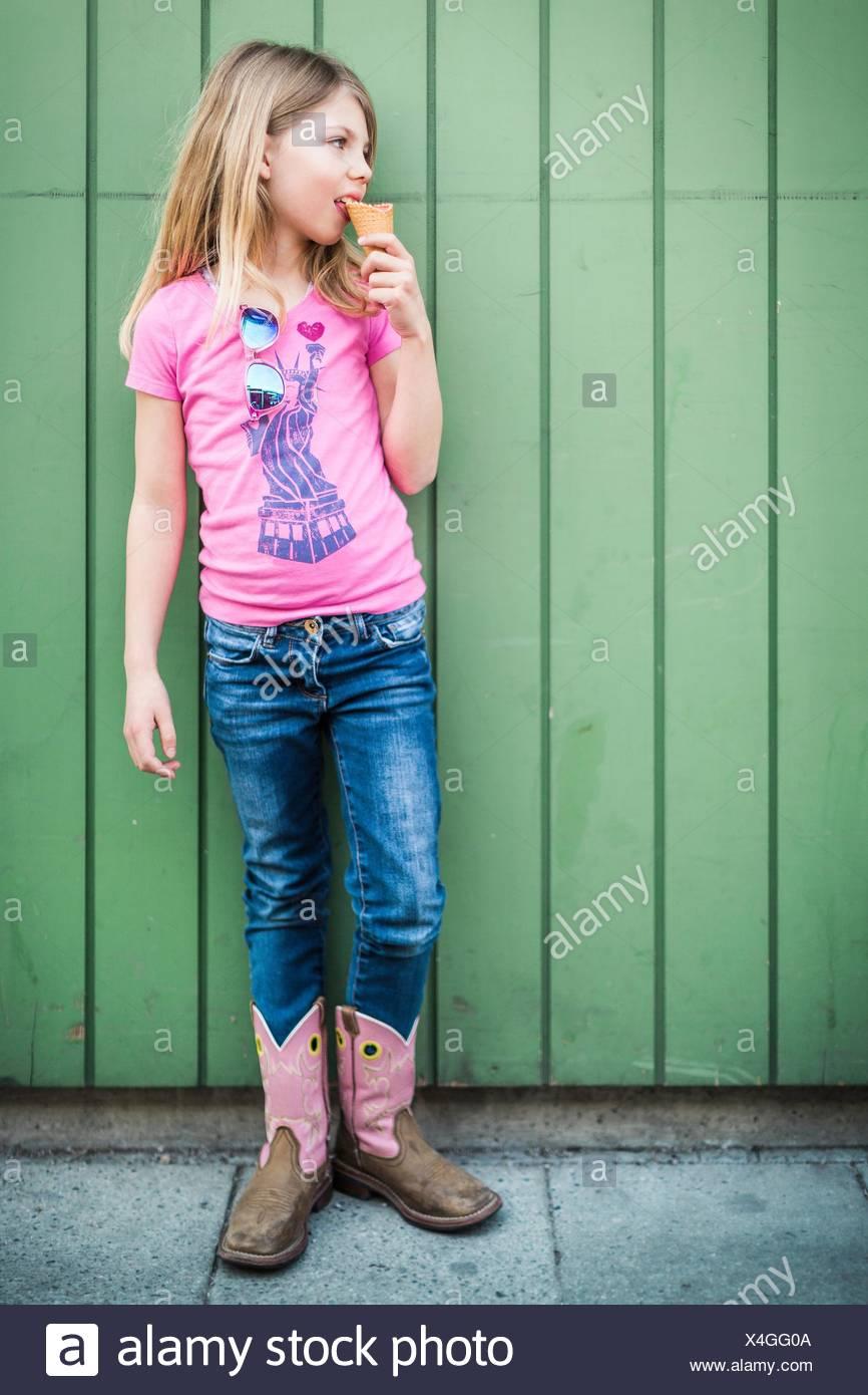 Ritratto di giovane ragazza mangiare gelato Immagini Stock