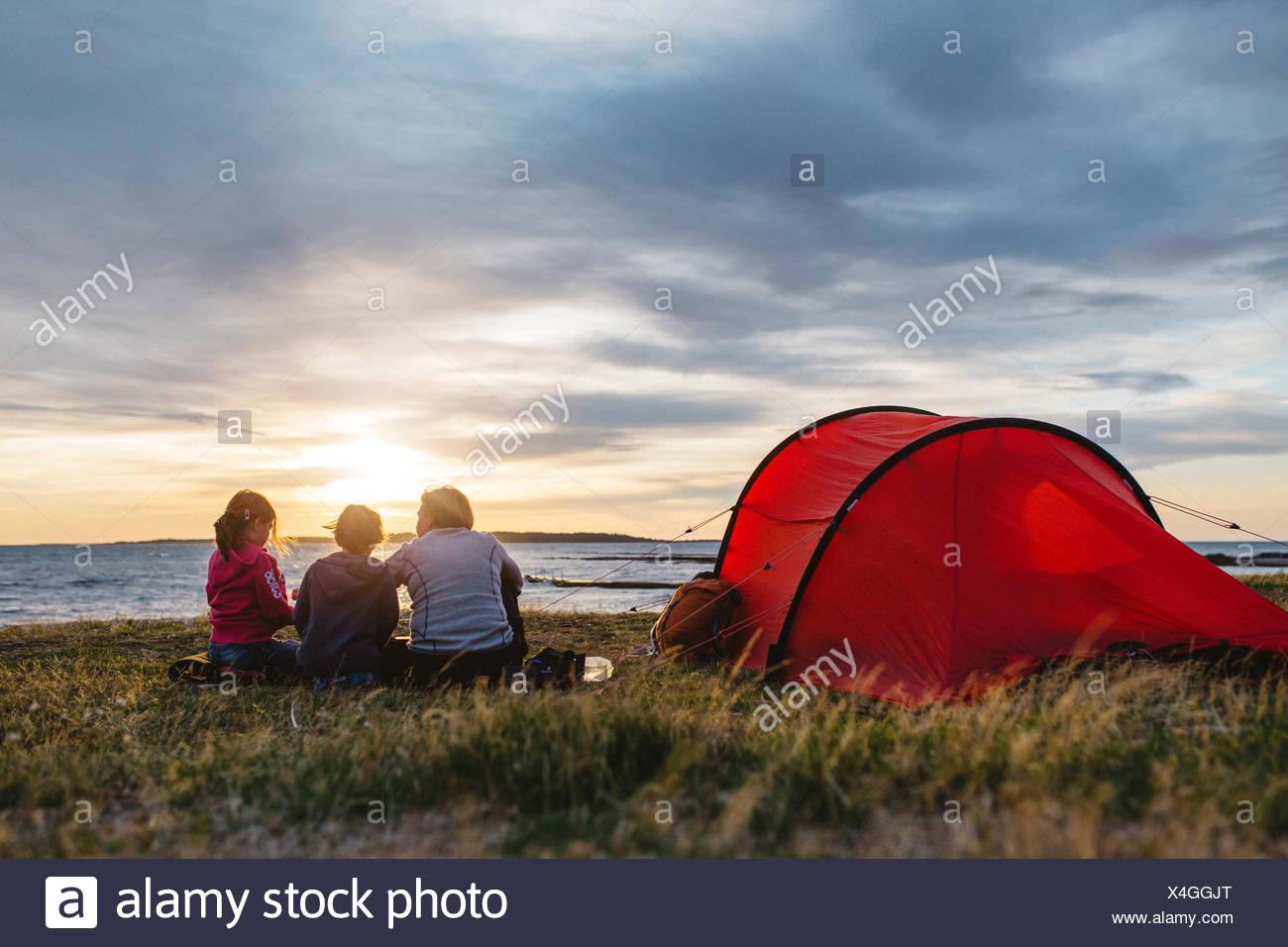 Una famiglia campeggio Immagini Stock