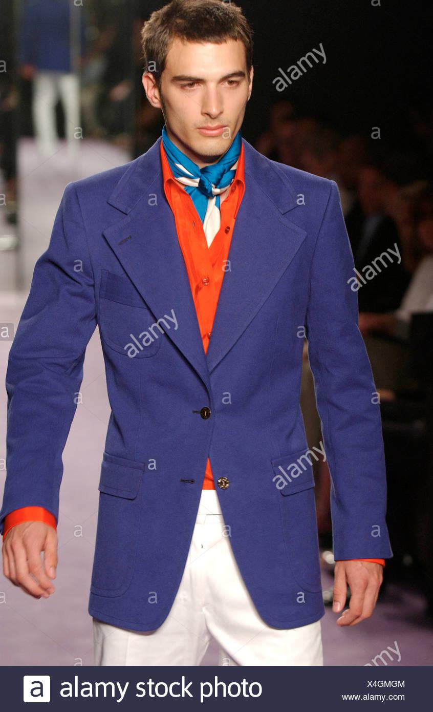 premium selection 70a33 d3d4c Menswear fashion show model breve capelli scuri che indossa ...