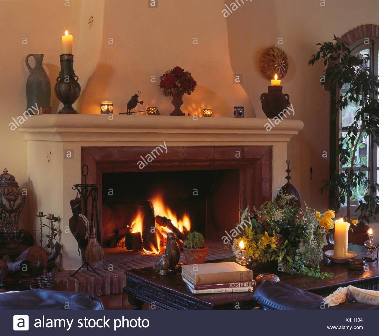 Acceso il fuoco nel grande camino in spagnolo accogliente ...