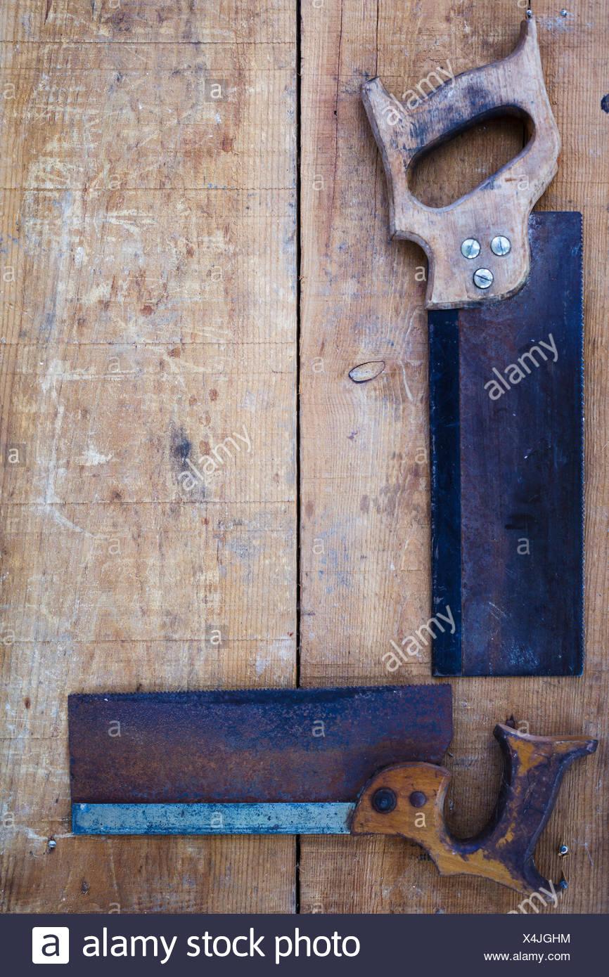 Angolo di Alta Vista di seghe a mano su legno Immagini Stock