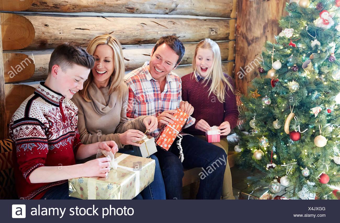 Apertura Regali Di Natale.Apertura Della Famiglia Dei Regali Per Natale Foto Stock Alamy