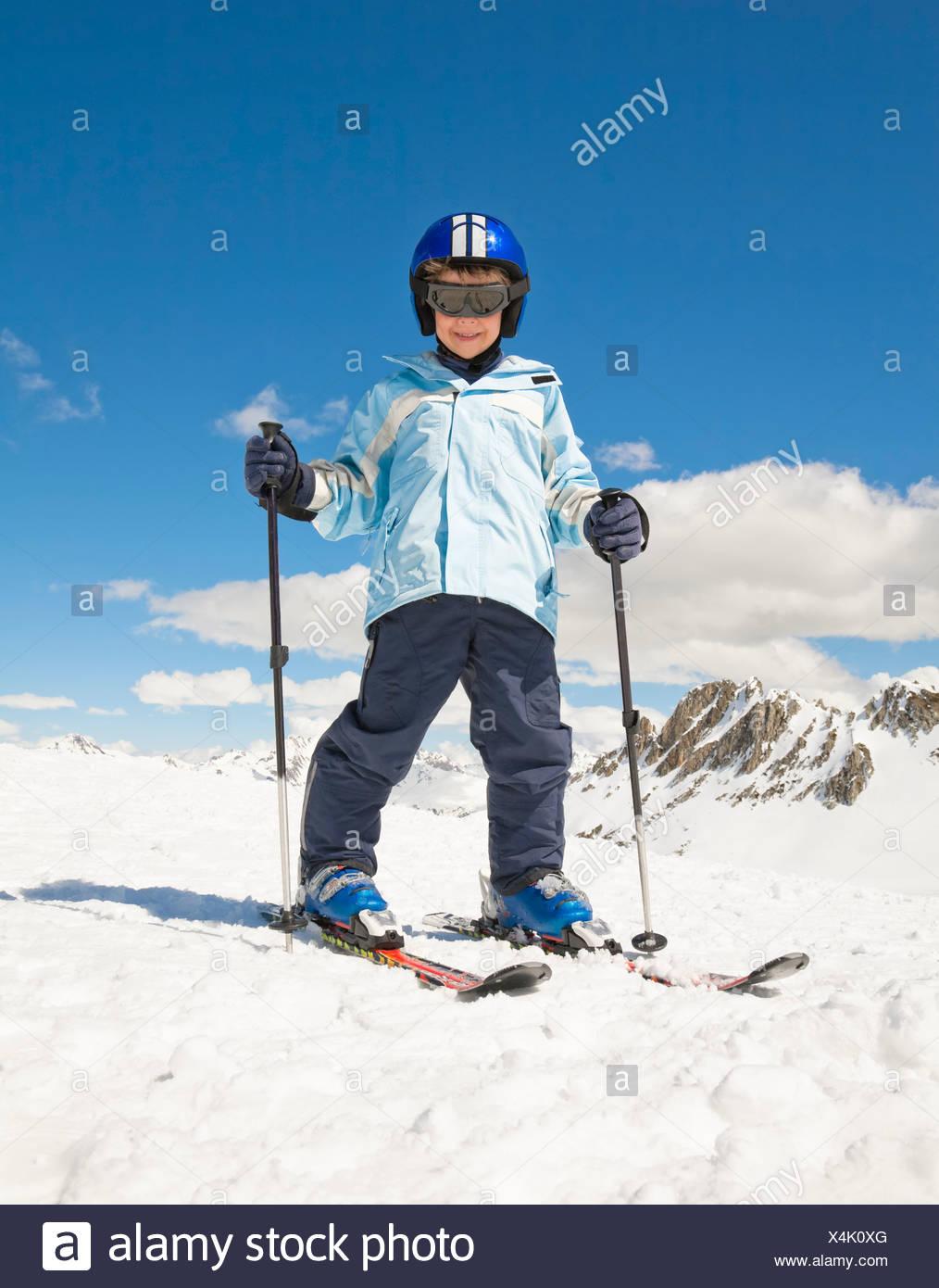 Ragazzo di sci in neve montagne sullo sfondo Immagini Stock