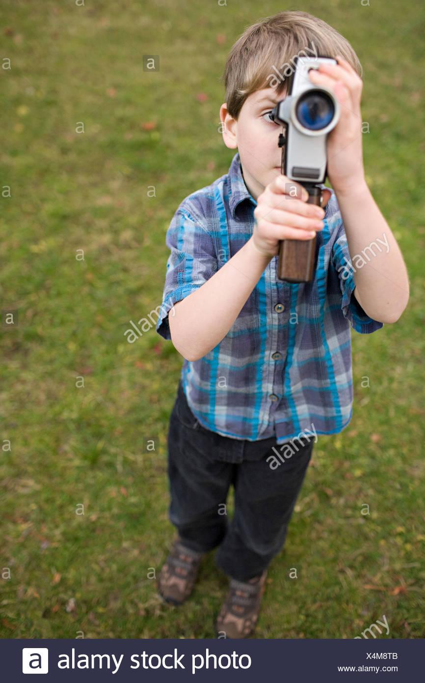 Boy utilizzando una videocamera Immagini Stock