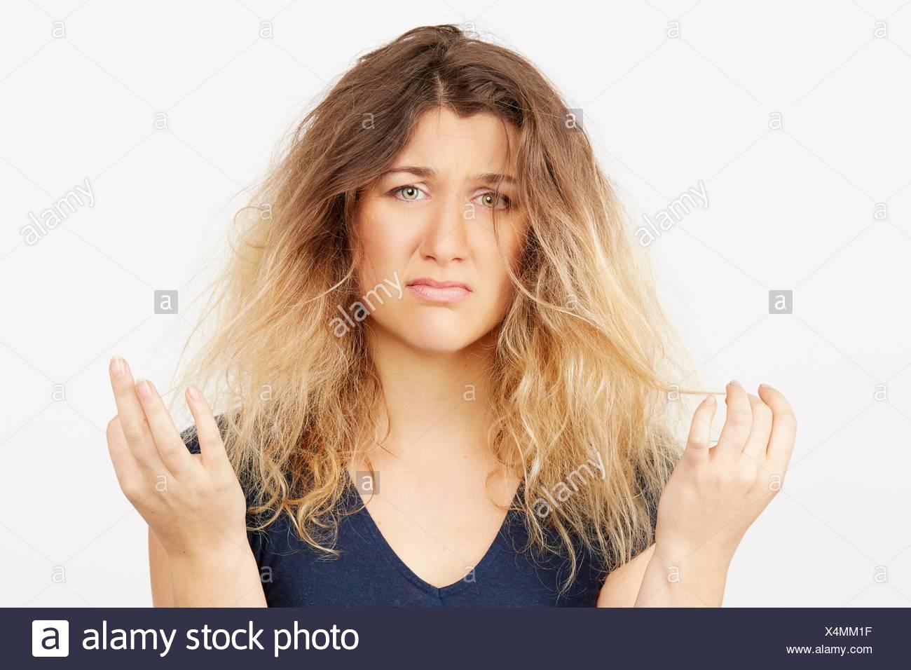 Giovane donna con danneggiati capelli tinti Immagini Stock