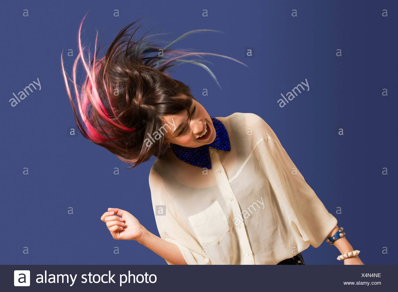 Ritratto di giovane donna con capelli tinti dancing Immagini Stock