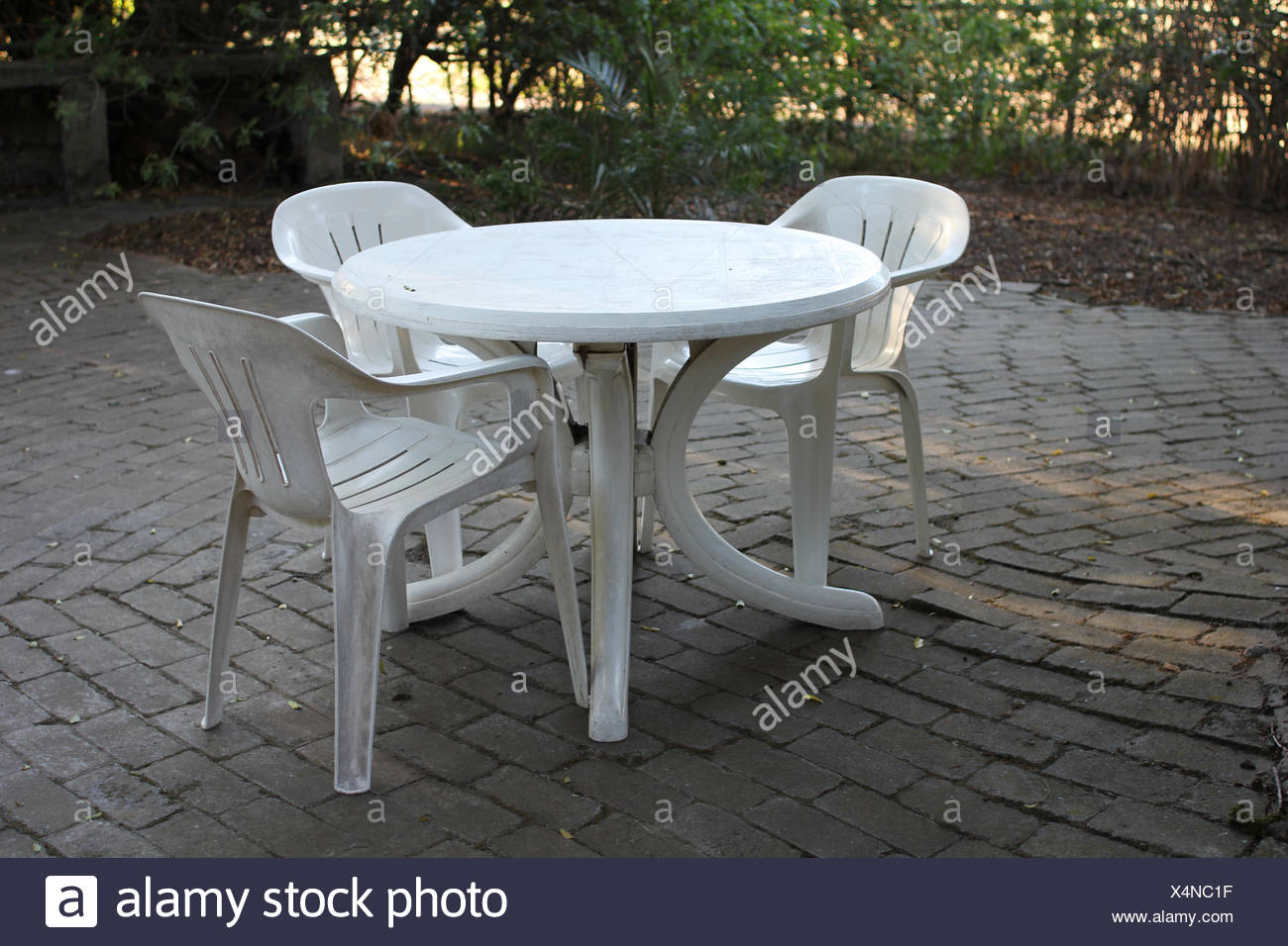 Tavolo In Plastica Con Sedie.Un Tavolo Di Plastica Con Le Sedie In Plastica Foto Immagine