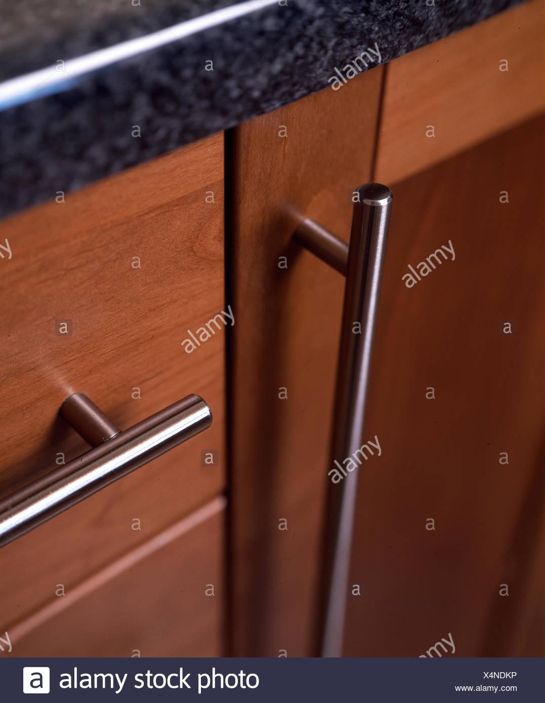 Primo piano del mobile da cucina con maniglie in acciaio inox Foto ...