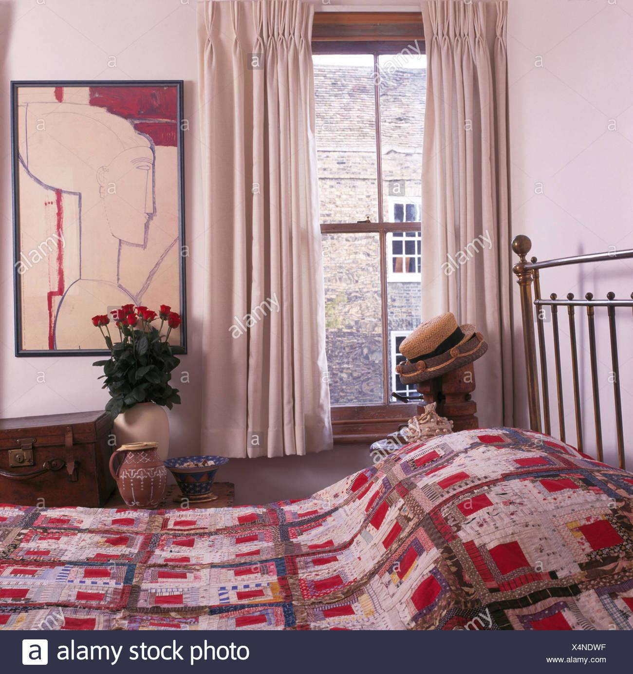 Mosaico su letto di ottone in cottage camera da letto con ...