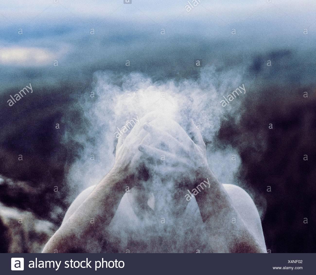 Uomo di spazzolatura polvere fuori dalla testa Immagini Stock
