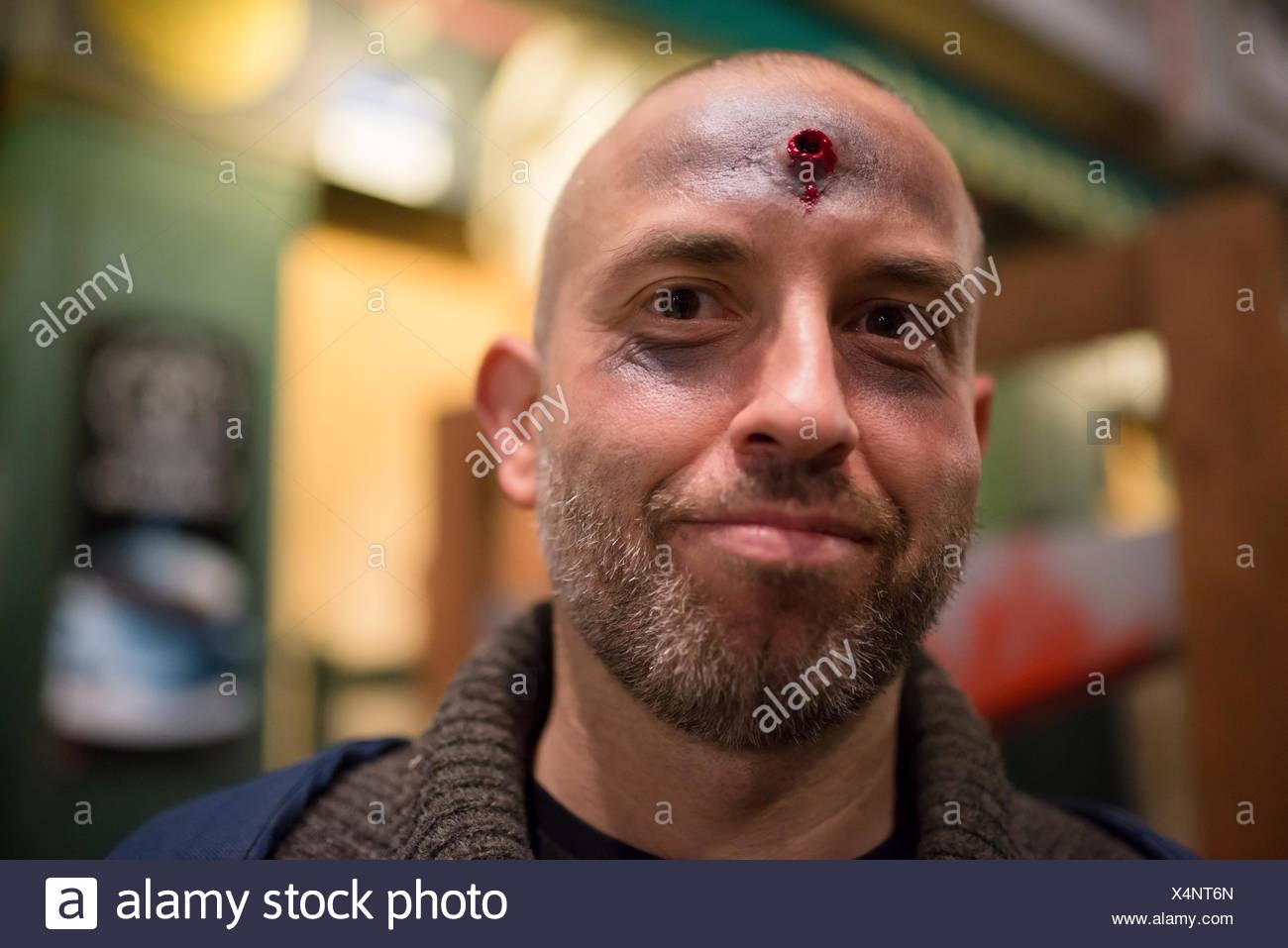 Uomo Barbuto con finti girato nel suo fronte di Halloween Immagini Stock
