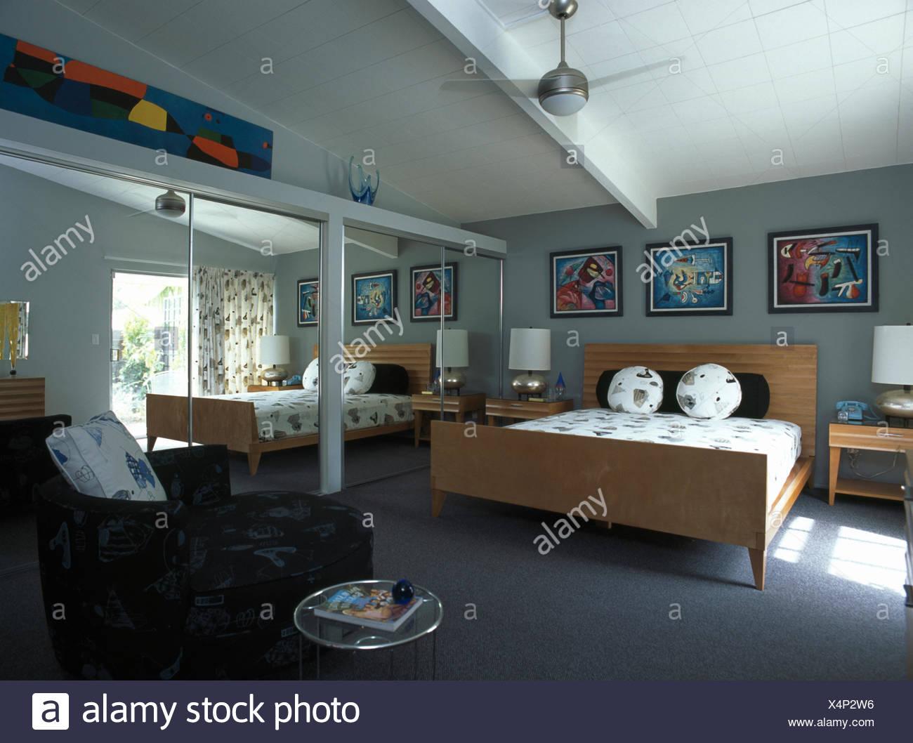Camera Da Letto Legno Chiaro : Porte a specchio su armadi in camera da letto moderno con legno