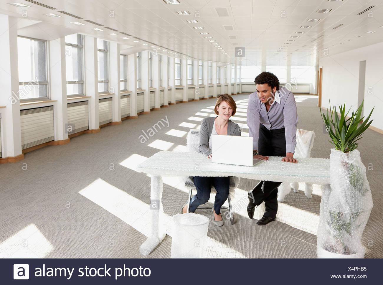 Mobili Per Ufficio Su : La gente di affari di lavoro avvolti su mobili per ufficio in