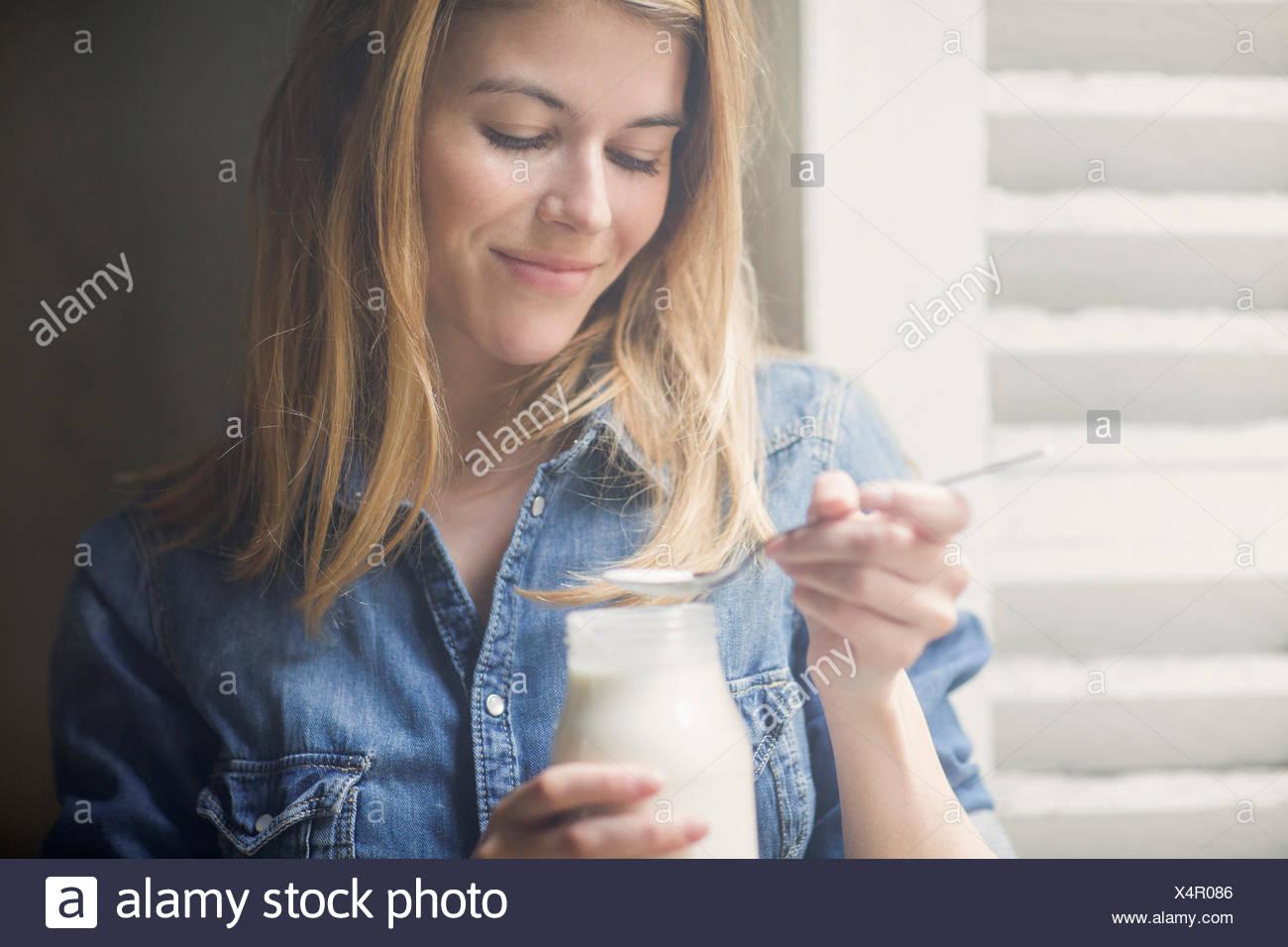 Donna felice bere latte Immagini Stock