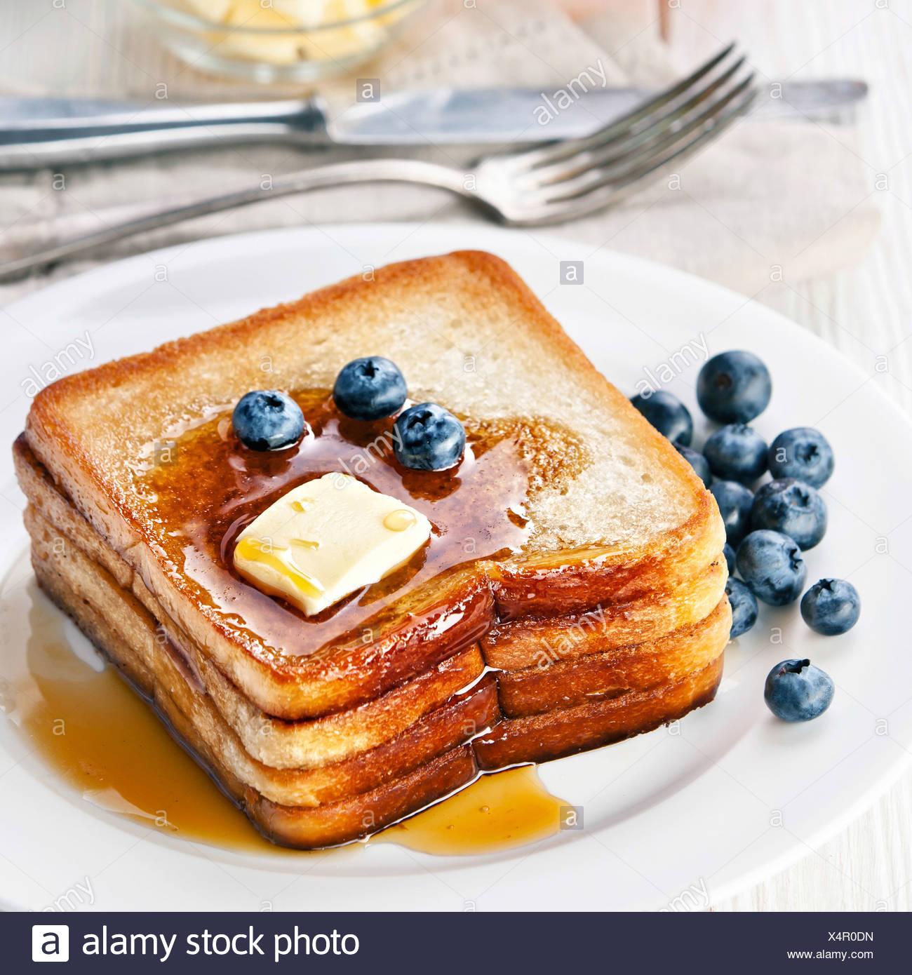 Toast alla francese con mirtilli e sciroppo d'acero e burro Foto Stock