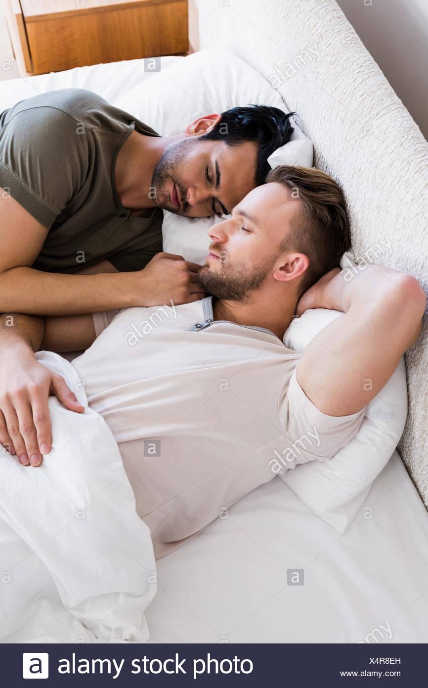 Gay A Letto.Felice Coppia Gay Dormire Insieme Sul Letto Foto Immagine Stock