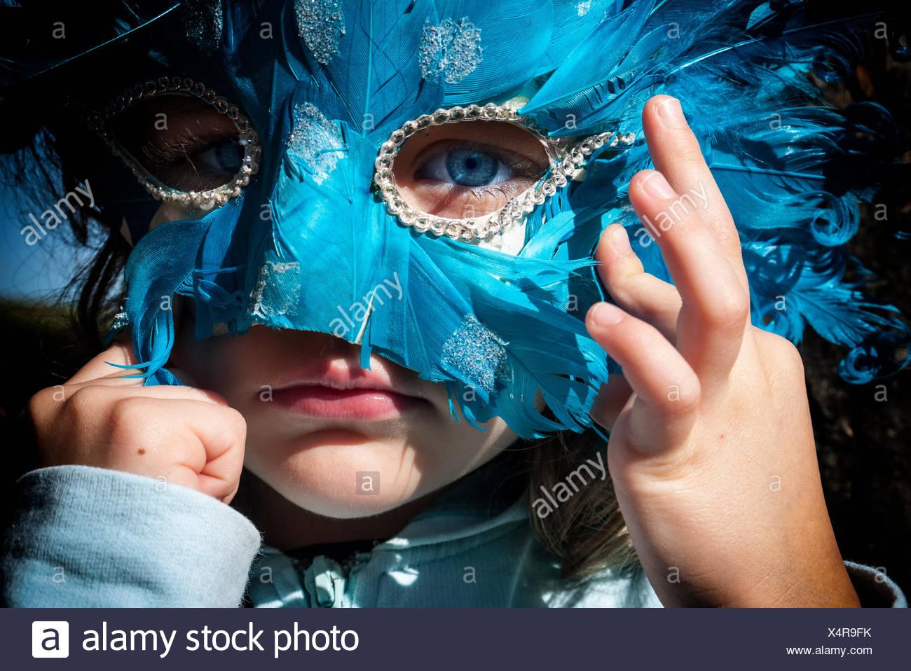 Ragazza che indossa una maschera di Carnevale Immagini Stock