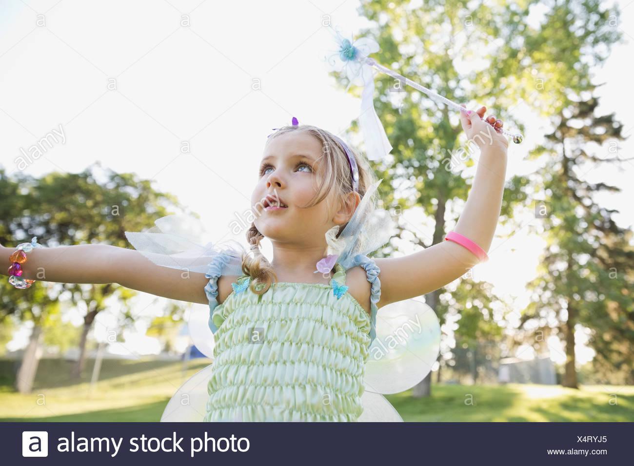 Bambina indossando il costume di fata all'aperto Immagini Stock
