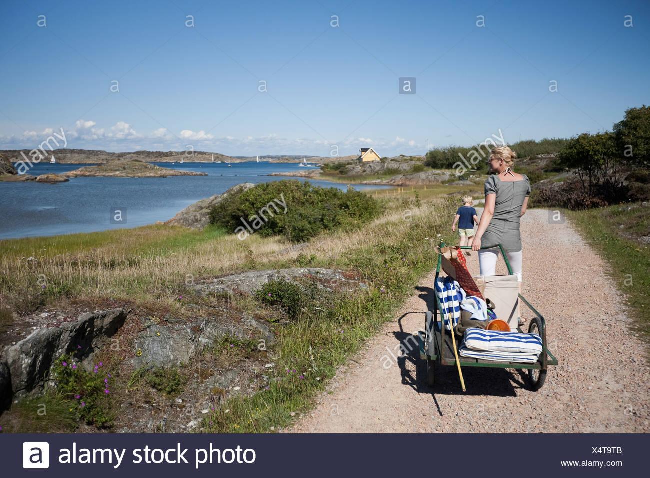 La madre e il bambino in una passeggiata Immagini Stock