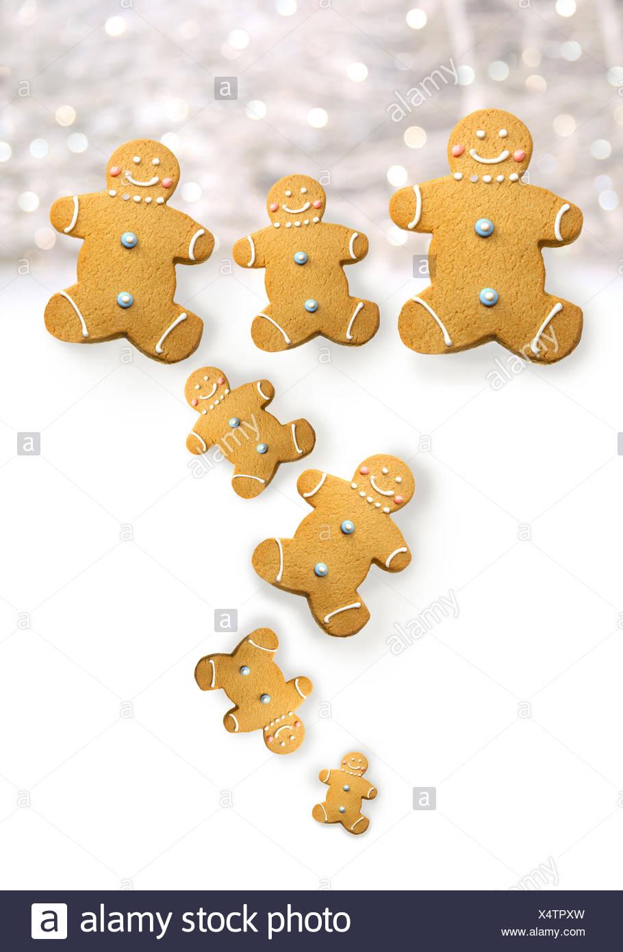 Gli uomini di panpepato cookie contro bianche scintillanti Immagini Stock