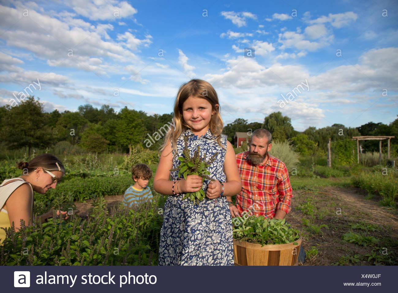 Ritratto di ragazza con mazzo di foglie sulla famiglia fattoria di erbe Immagini Stock