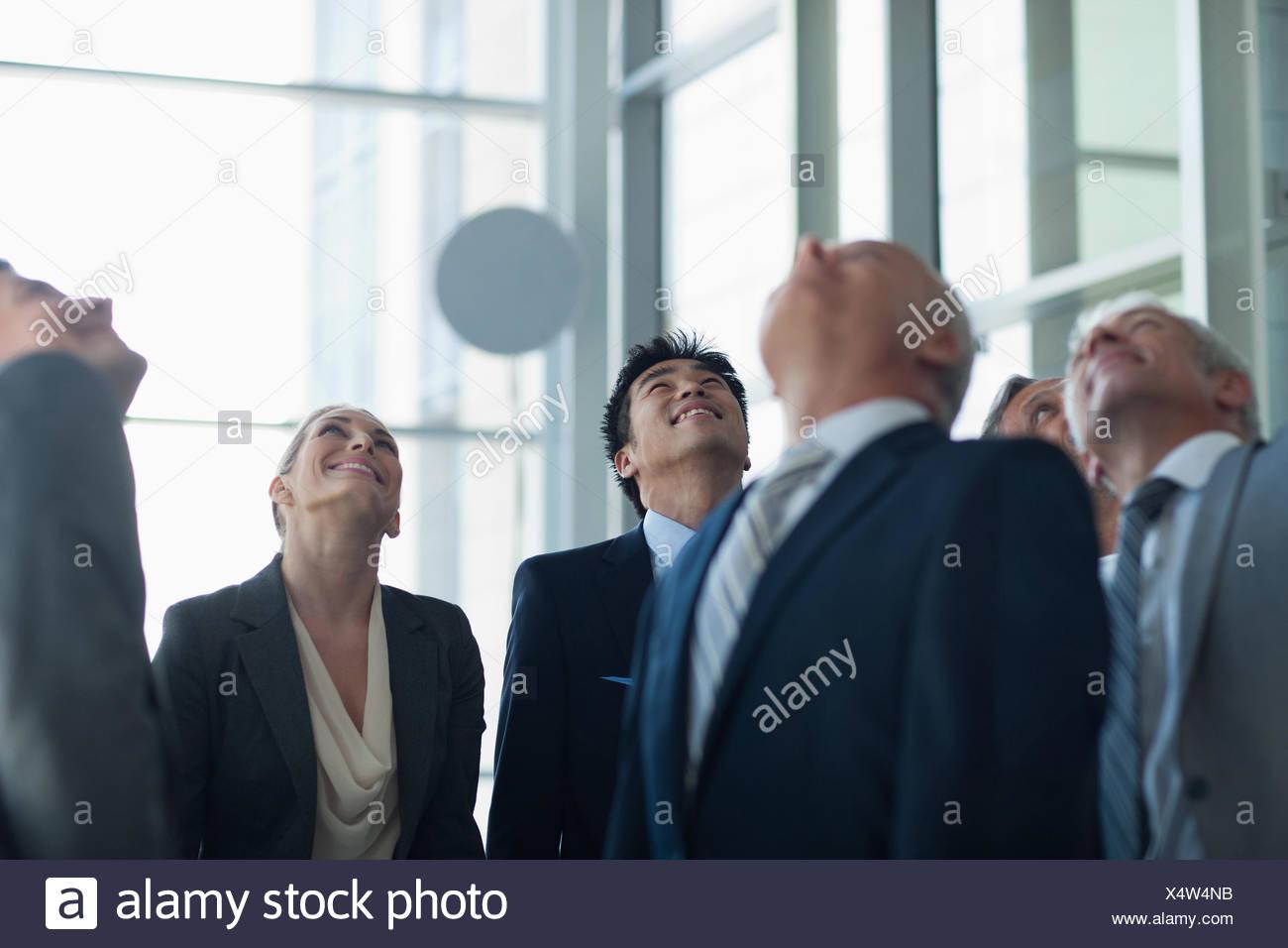 La gente di affari cercando nella lobby Immagini Stock