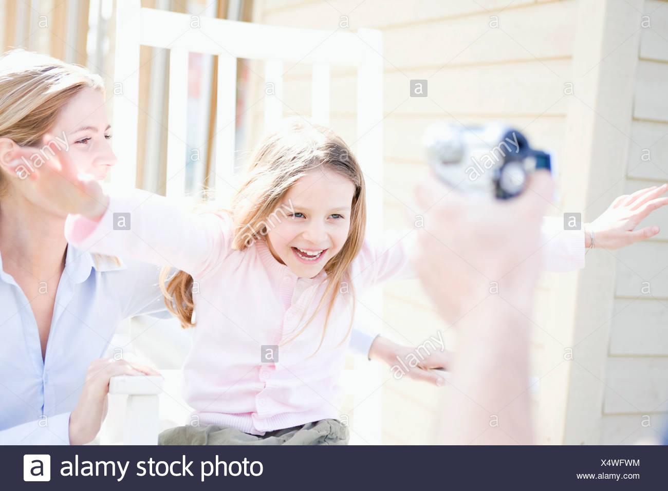 Madre e figlia essendo filmata Immagini Stock