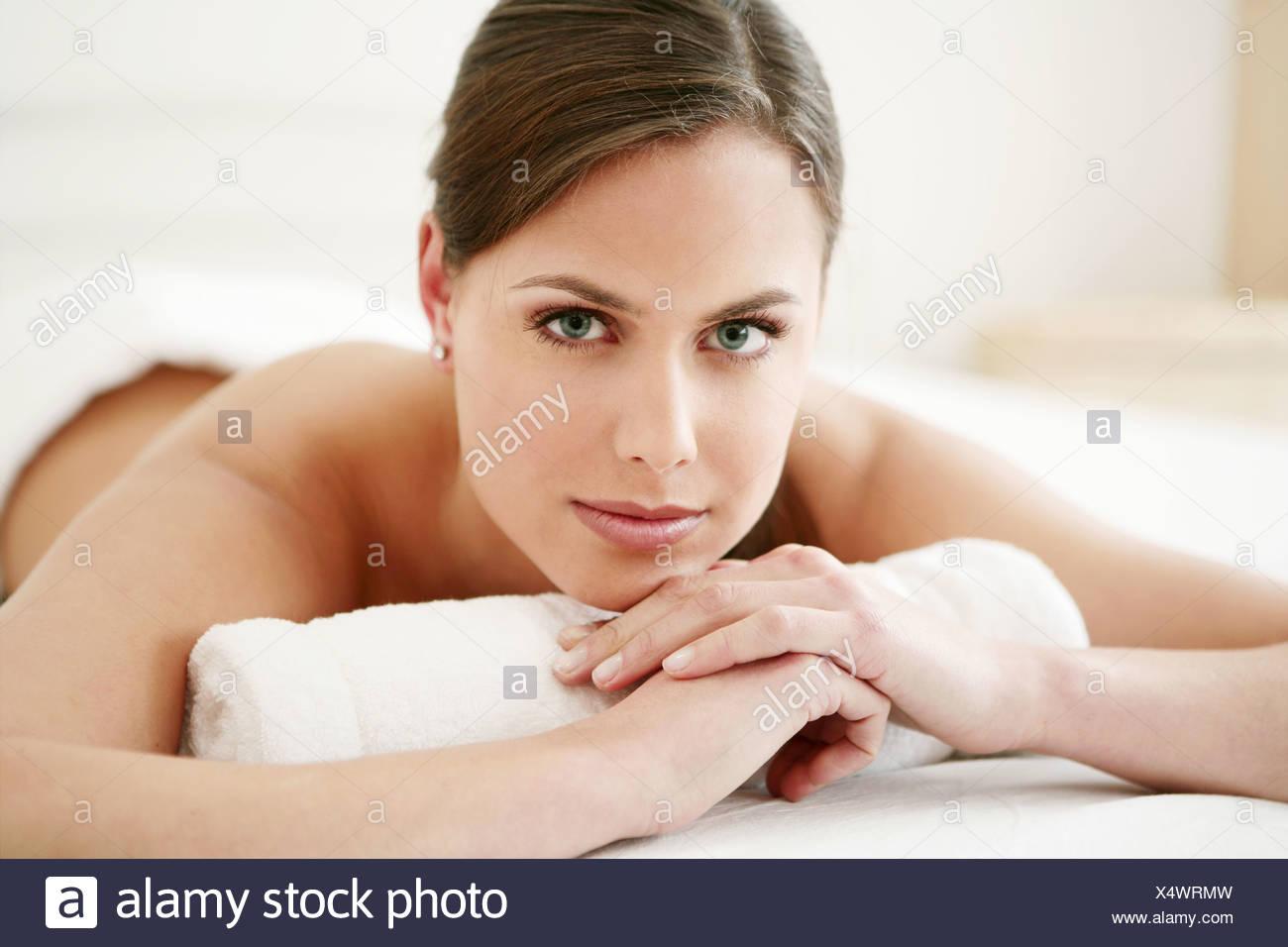 Giovane donna, giacente, tenero, delicato, letto, spa, modello adulto, caucasico femmina, salute, bellezza e cura, 20-25 anni, 18-19 anni, Immagini Stock
